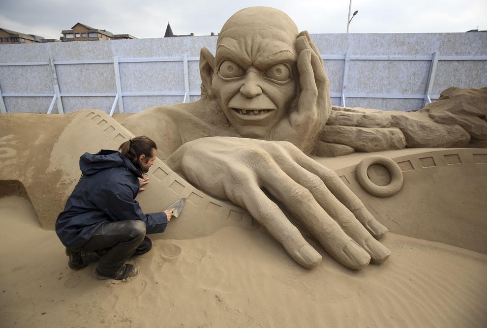 """Radavan Zivny lucrează la o sculptură în nisip înfăţişând personajul Gollum, în timpul festivalului anual """"Weston-super-Mare Sand Sculpture festival"""", în Weston-Super-Mare, Anglia, marţi, 26  martie 2013."""