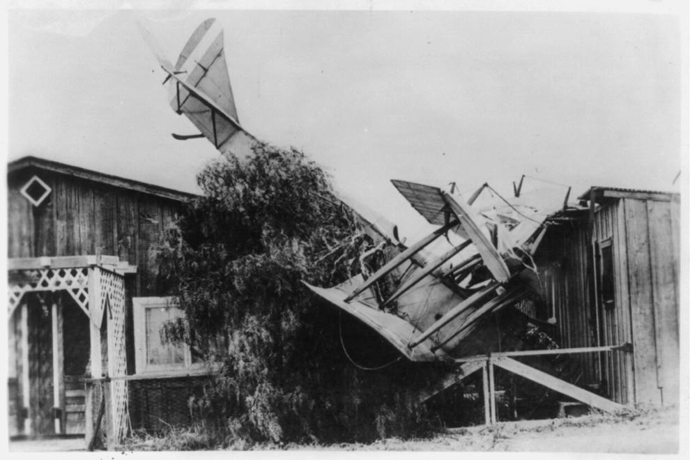 Avion biplan francez, prăbuşit peste o casă.