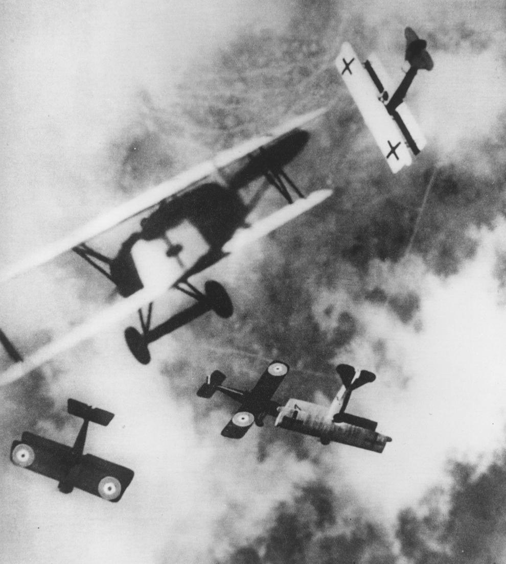 Imagine cu avioane britanice SE-5s în luptă aeriană cu avioane germane Fokker D7s, circa 1915.