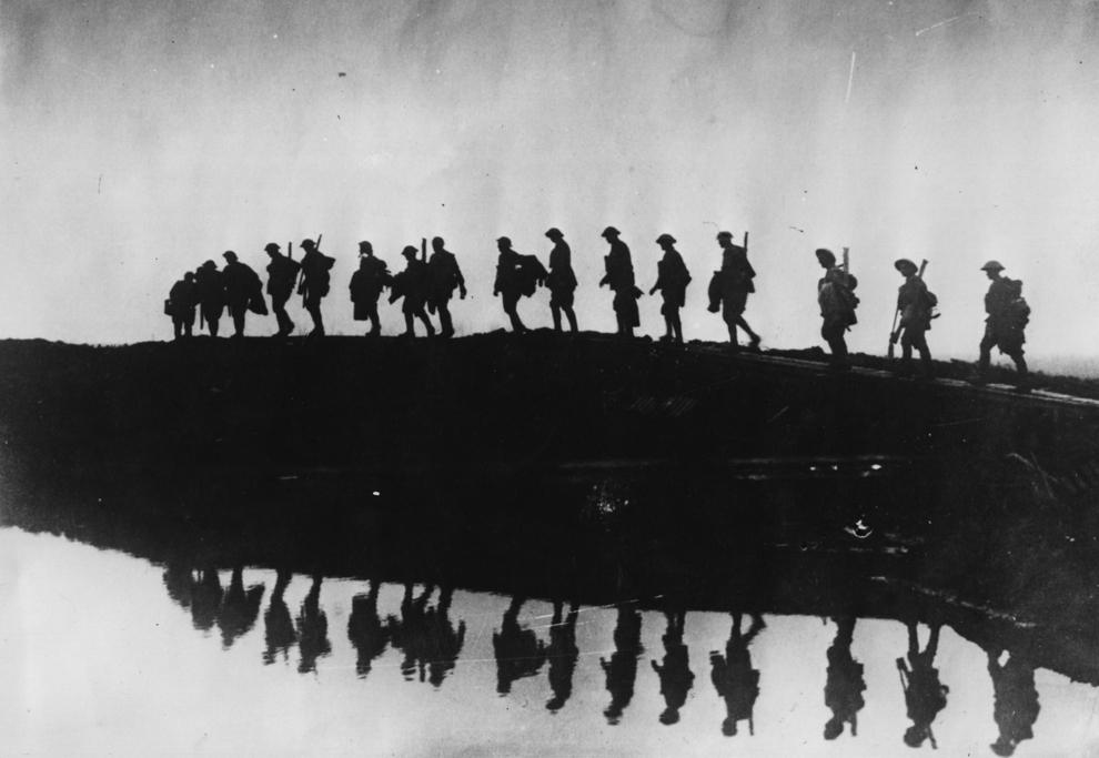 Trupe auxiliare ale Primei Divizii Australiene străbat o zonă mlăştinoasă în apropiere de Hooge, sectorul de luptă Ypres.