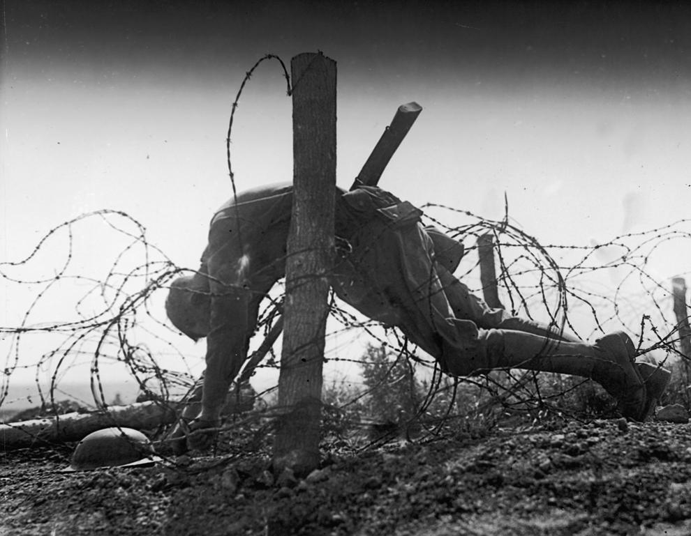 Cadavrul unui soldat american prins în sârmă ghimpată, în nordul Europei, Primul Război Mondial.