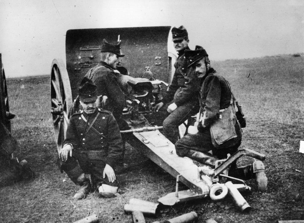 Soldaţi români încarcă un tun de câmp dezvoltat de Alfred Krupp.