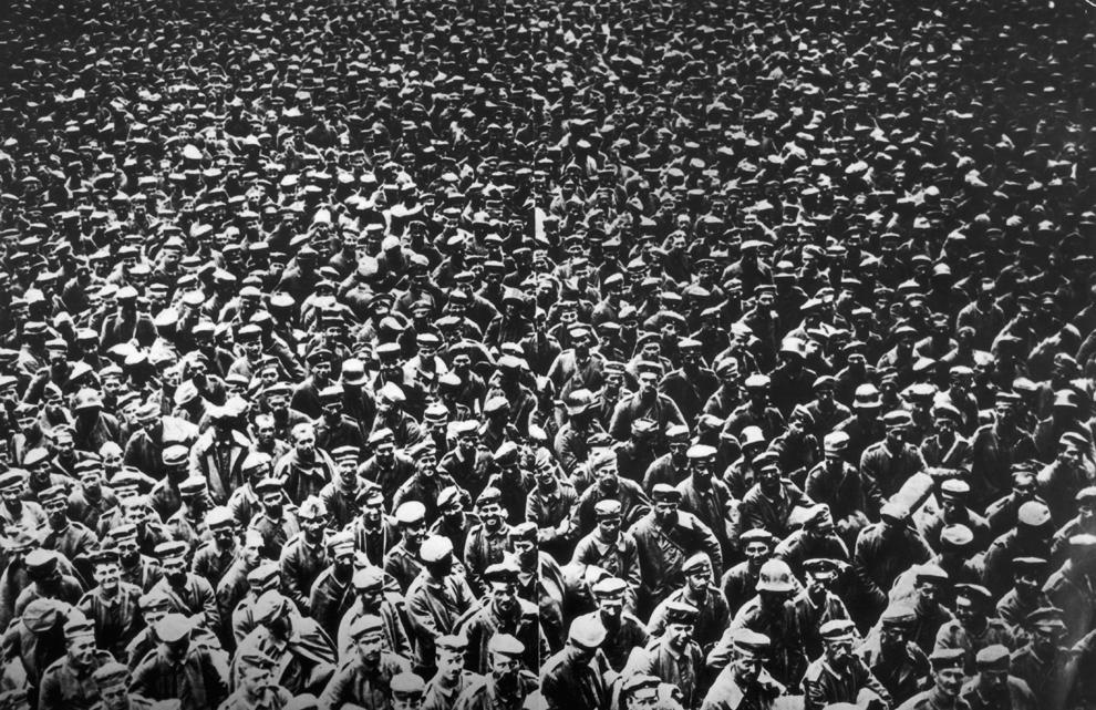 Prizonieri germani de război, capturaţi pe Somme în data de 21 august, pot fi vazuţi în Abberville, miercuri, 22 august 1918.