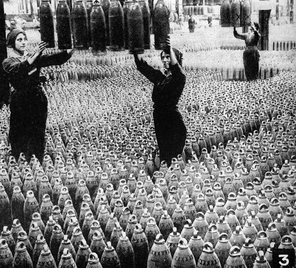 Femei din Marea Britanie lucrează într-o fabrică de armament în timpul Primului Război Mondial.