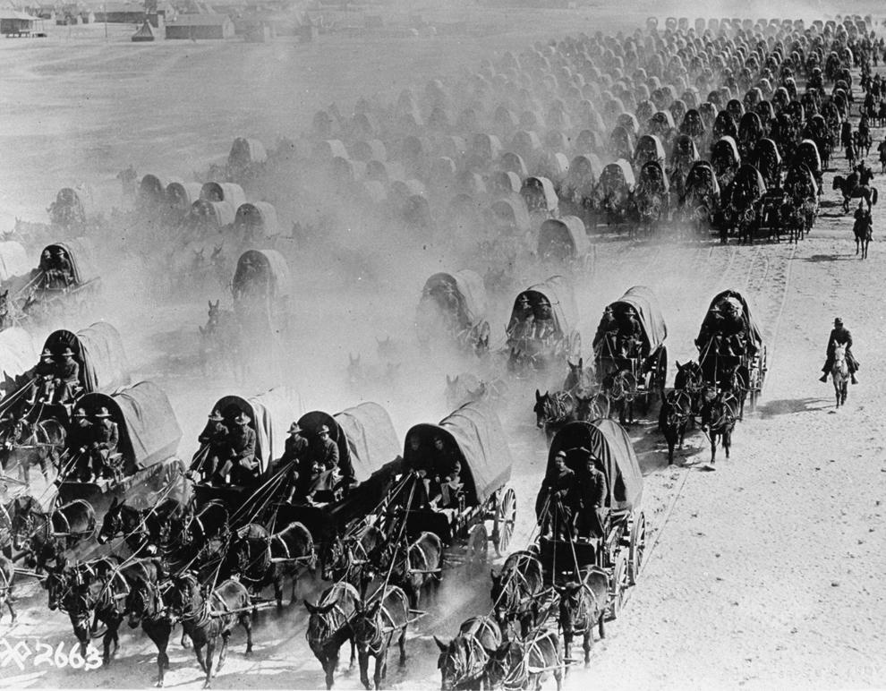 Trupe americane în căruţe trase de catâri, în timpul Primului Război Mondial. 1 ianuarie, Franţa.
