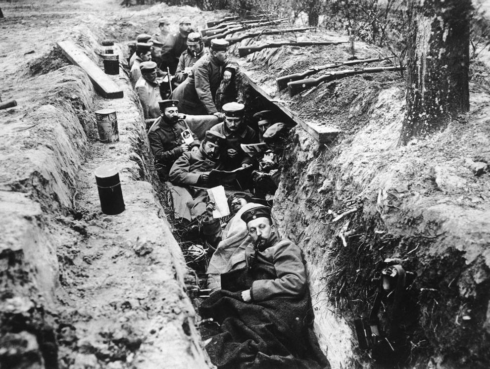Soldaţi germani citesc ziare în tranşee, în timpul unei pauze de la lupta Fourth Battle of Ypres, în octombrie 1918.