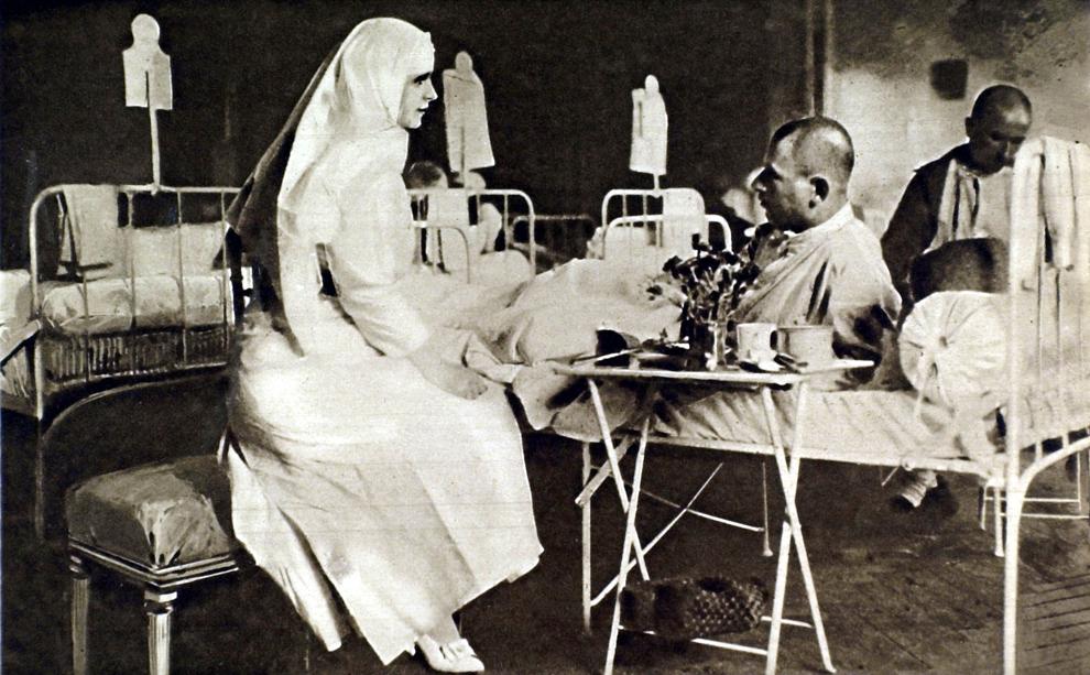 Prinţesa Maria a României îngrijeşte răniţi la Palatul Regal din Bucureşti, în timpul Primului Război Mondial, 1916.