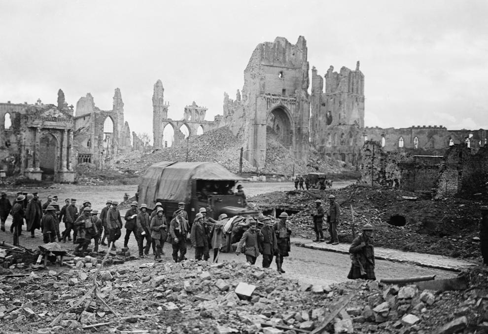 Prizonieri germani sunt escortaţi prin piaţa Catedralei din Ypres, 20 septembrie 1917.