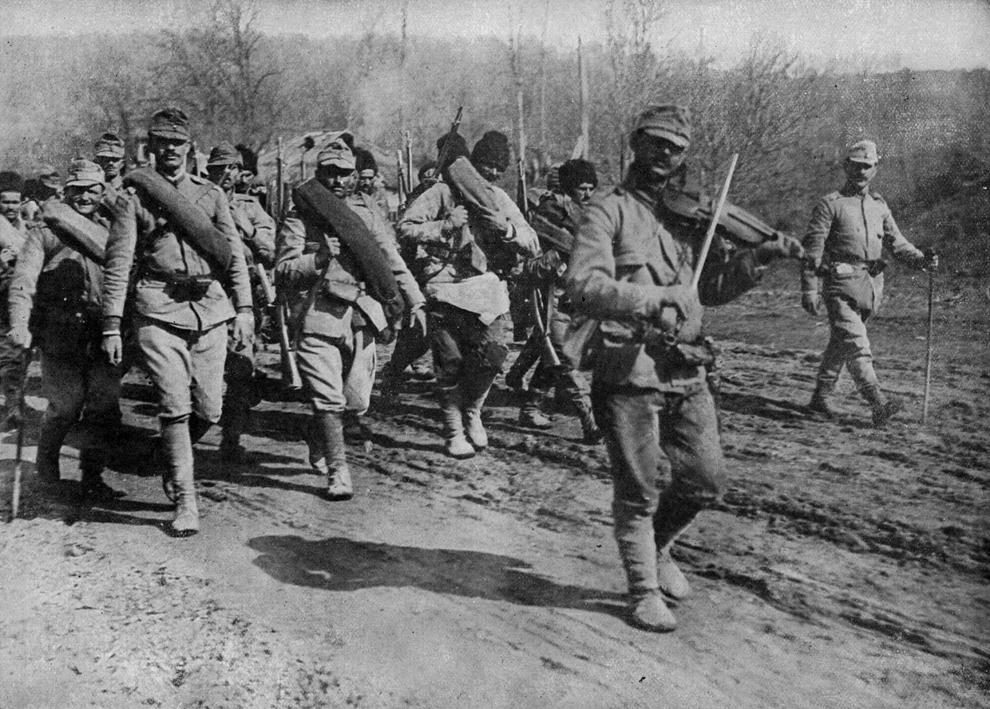 Soldaţi ai Armatei Române se îndreaptă către front însoţiţi de un violonist, 1917.