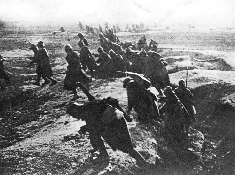 Soldaţi francezi atacă în timpul bataliei de la Verdun, estul Franţei, în timpul Primului Război Mondial, 1916.