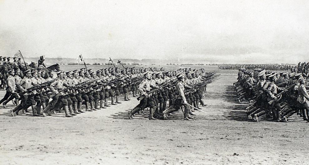 Imagine cu o carte poştală, eliberată de Muzeul WW1 (Muzeul Primului Război Mondial) - Historial de Péronne, ce arată trupe de infanterie ruseşti în timpul Primului Război Mondial.