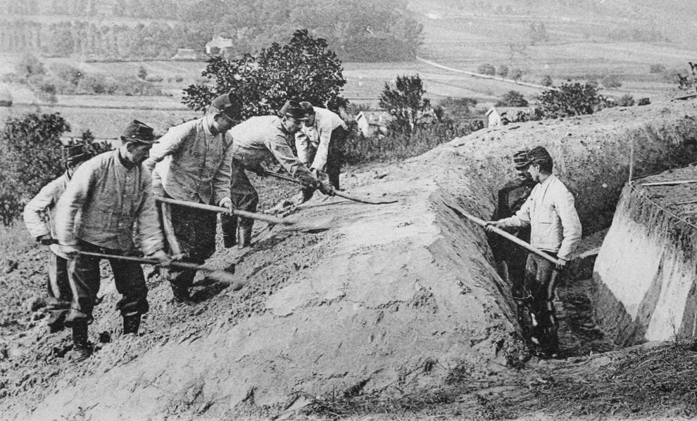 """Imagine cu o carte poştală, eliberată de Muzeul WW1 (Muzeul Primului Război Mondial) - Historial de Péronne, ce arată soldaţi francezi """"Poilus"""" săpând o tranşee în timpul primei bătălii de la Marne, în cadrul Primului Război Mondial."""
