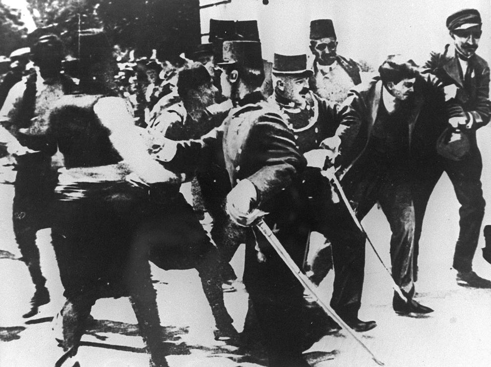 Teroristul sârb Gavrilo Princip (D2) este arestat pentru asasinarea Arhiducelui Franz Ferdinand al Austriei şi a soţiei sale, în Sarajevo, luni, 28 iunie 1914.
