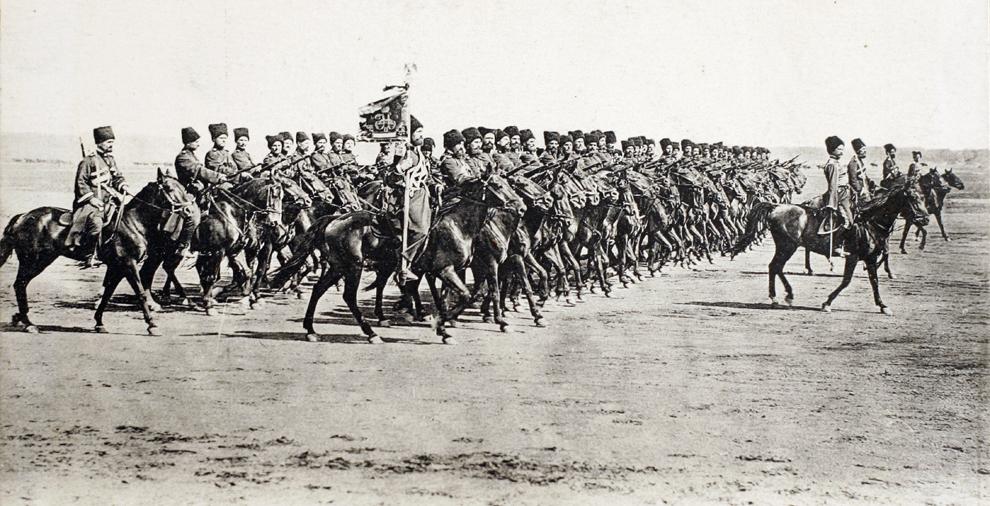 Imagine cu o carte poştală, eliberată de Muzeul Primului Război Mondial - Historial de Péronne, ce arată trupe ruso-cazace în timpul campaniei din cadrul Primului Război Mondial, în 1914.