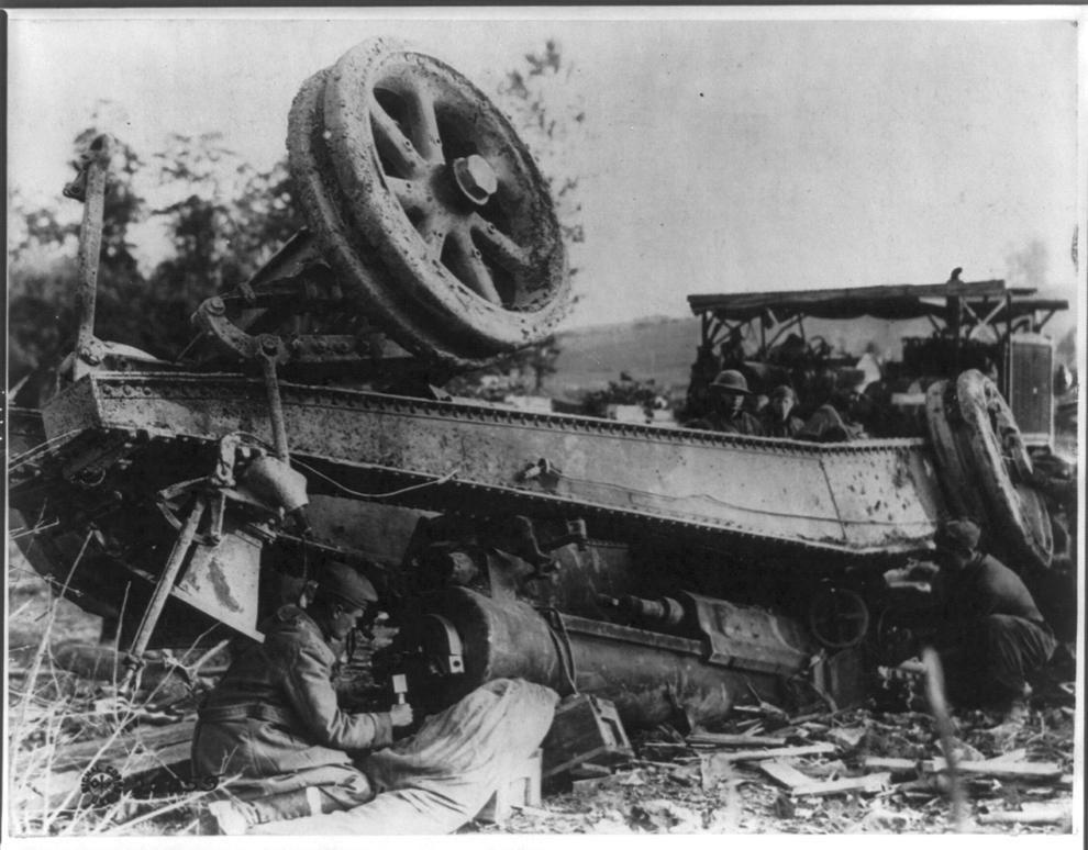Echipaj al artileriei americane încearcă să salveze o piesă de artilerie grea,răsturnată.