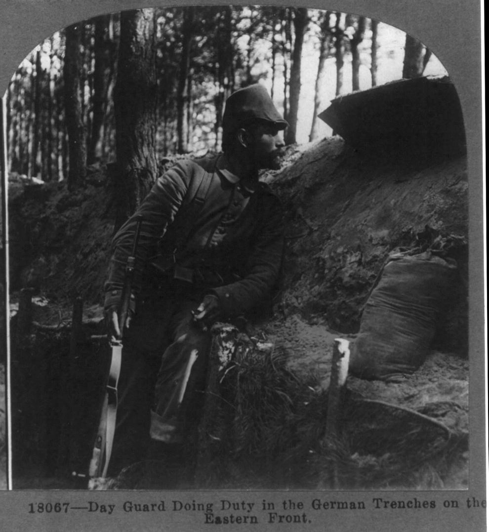 Un soldat german stă de pază în tranşeele germane pe frontul de Est.