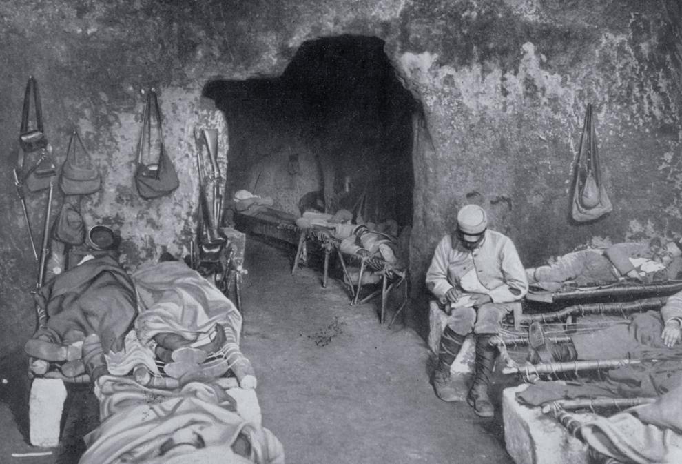 """Soldaţi francezi se odihnesc într-o grotă din cadrul unui complex de tranşee. """"Le Flambeau"""", Paris World History Archive."""