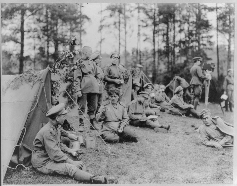 Regimentul de femei de la Petrograd, relaxându-se,bând ceai şi mâncând în faţa corturilor.