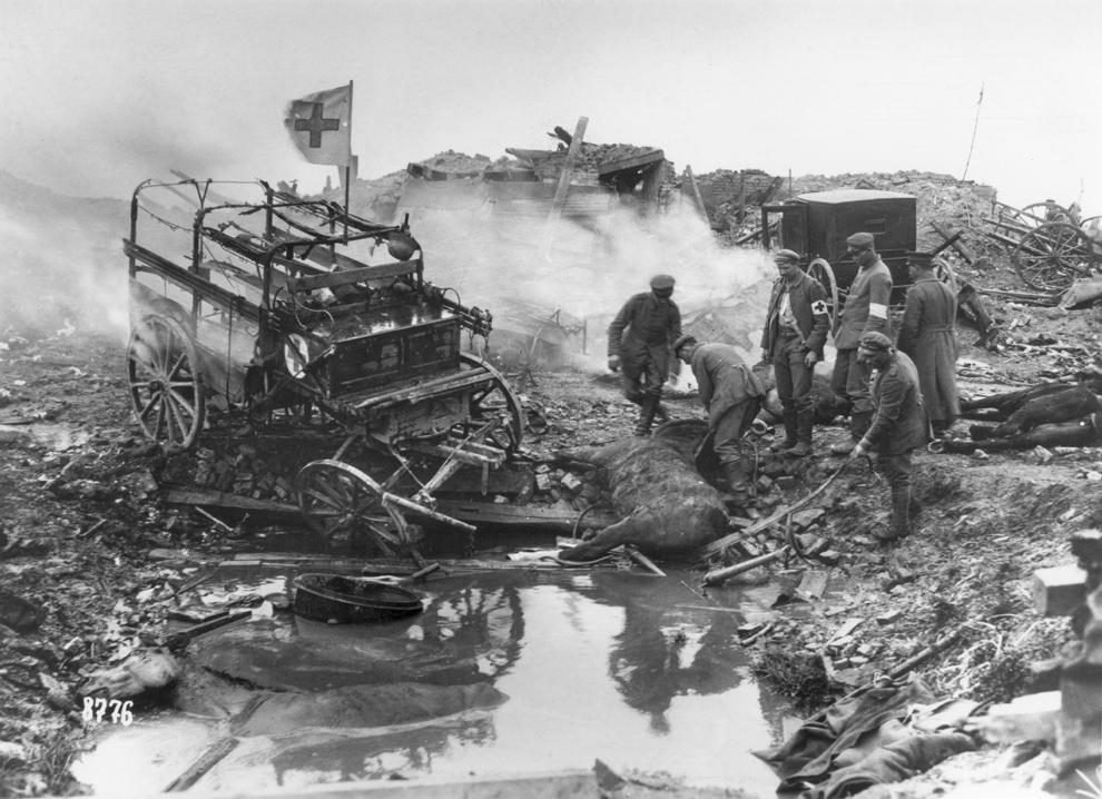 Ambulanţe trase de cai, bombardate în timpul Primului Război Mondial.