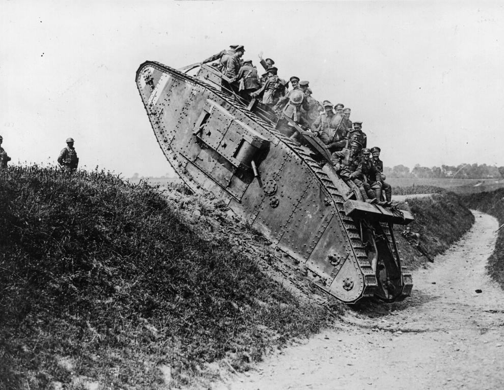 Soldaţi britanici se bucură de o plimbare pe un tanc British Mark IV.