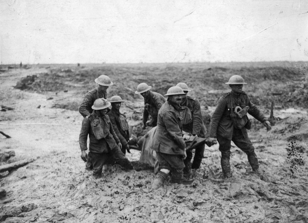 Soldaţi transportă o targă cu un soldat rănit, în apropiere de Boesinghe, în timpul bătăliei de la Passchendaele.