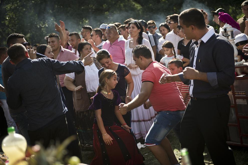 Tineri de etnie romă dansează în timpul reuniunii anuale a romilor cu ocazia sărbătorii Naşterii Maicii Domnului, în Costeşti, Vâlcea, luni, 8 septembrie 2014.