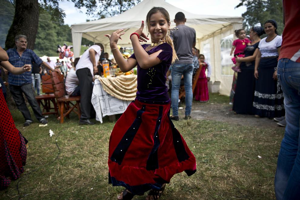 O fată de etnie romă dansează în timpul reuniunii anuale a romilor cu ocazia sărbătorii Naşterii Maicii Domnului, în Costeşti, Vâlcea, luni, 8 septembrie 2014.