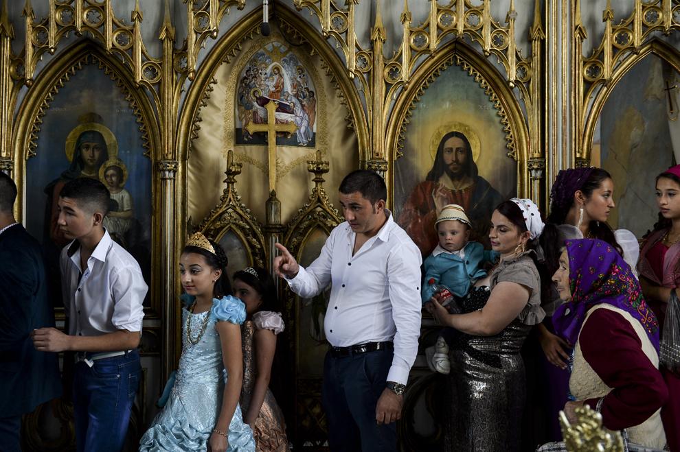 Persoane de etnie romă se roagă în mânăstirea Bistriţa, în Costeşti, Vâlcea, luni, 8 septembrie 2014.