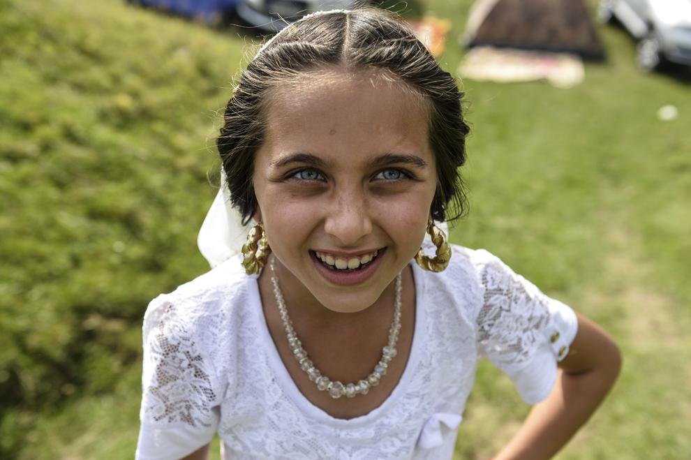 O fetiţă de etnie romă pozează în timpul reuniunii anuale a romilor, cu ocazia sărbătorii Naşterii Maicii Domnului, în Costeşti, Vâlcea, luni, 8 septembrie 2014.