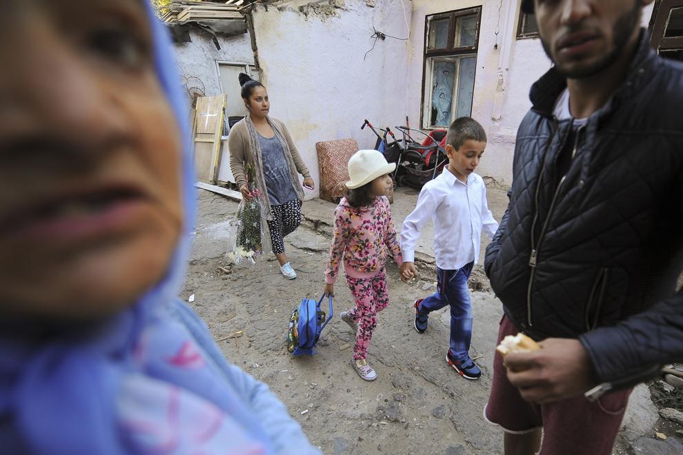 Alexandra Larisa, opt ani, se pregăteşte să meargă la Şcoala Specială nr. 5 alături de unul dintre fraţii ei, în prima zi de curs, înainte de a fi evacuaţi din casa în care locuiesc ilegal alături de alţi trei fraţi şi de părinţi, pe strada Vulturilor, nr. 50, în Bucureşti, luni, 15 septembrie 2014. Aproximativ 100 de persoane, în curs de evacuare, reprezentând 25 de familii, care locuiau în mai multe case dintr-un gang, aflate în proprietate privată, au refuzat să meargă în adăposturile primăriei, unde femeile şi copiii ar sta separat de bărbaţi.