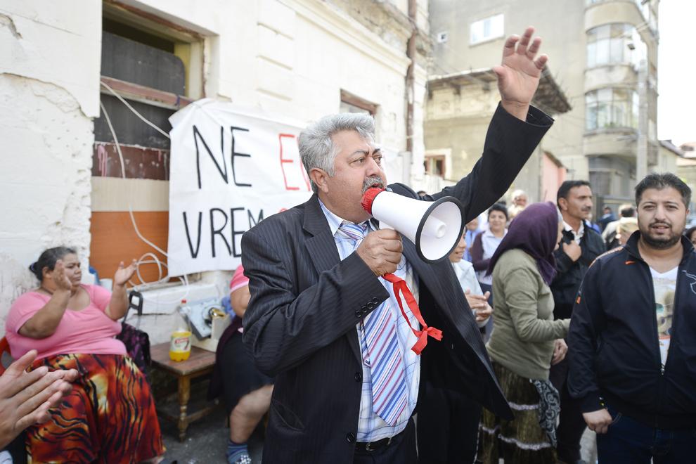 Marian Cimpoeru îndeamnă persoanele evacuate din imobilele de pe strada Vulturilor, numărul 50, să rămână în stradă şi să îşi ceară în mod paşnic drepturile, în Bucureşti, marţi, 16 septembrie 2014.