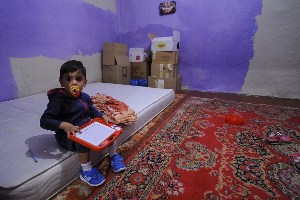 Un copil se joacă într-o cameră din care a fost scos mobilierul, în una dintre casele de pe strada Vulturilor, nr. 50, unde locuiesc, fără forme legale, aproximativ 100 de persoane care urmează a fi evacuate, în Bucureşti, duminică, 14 septembrie 2014.
