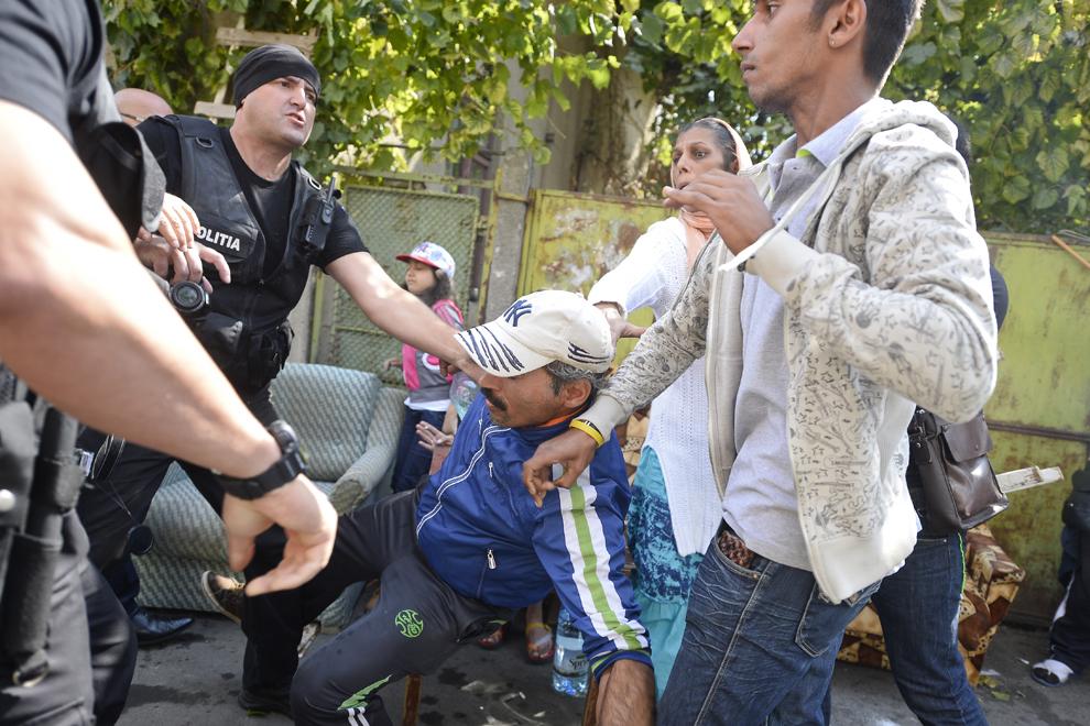 Preda Florin cade în urma unei altercaţii cu reprezentanţi ai Poliţiei Locale sector 3, care eliberează trotuarele ocupate de familiile evacuate din ansamblul de locuinţe de pe strada Vulturilor, nr. 50, în Bucureşti, marţi, 16 septembrie 2014.