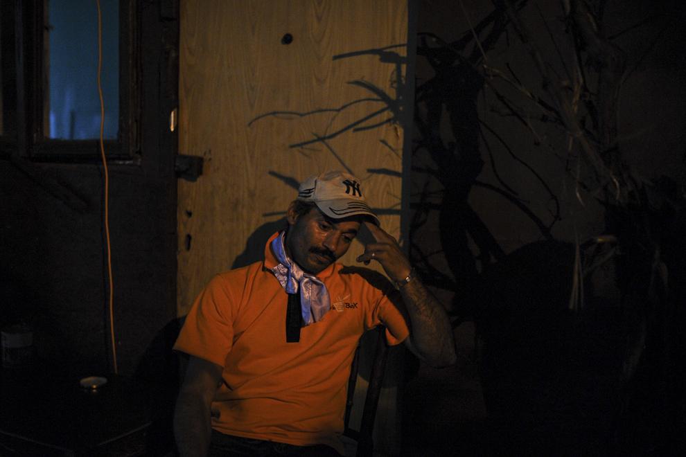 Preda Florin, 47 de ani, muncitor zilier, diagnosticat cu cancer de laringe, aşteaptă în faţa casei în care locuieşte, fără forme legale, alături de alte aproximativ 100 de persoane care urmează a fi evacuate, în Bucureşti, duminică, 14 septembrie 2014.
