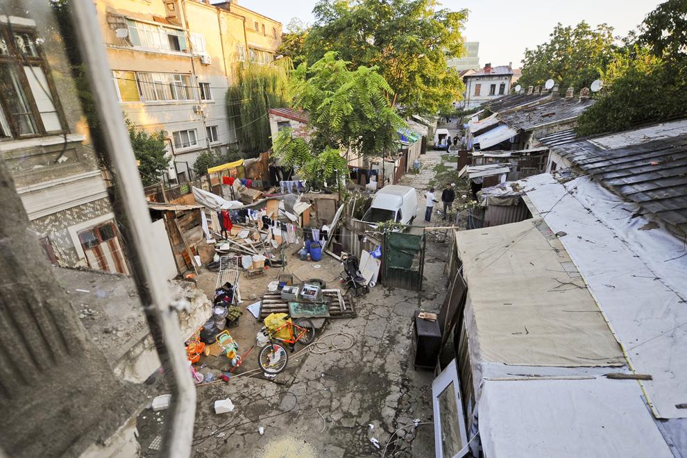 Vedere de la geamul unei construcţii din interiorul ansamblului de case de pe strada Vulturilor, nr. 50, în Bucureşti, luni, 15 septembrie 2014. Aproximativ 100 de persoane, în curs de evacuare, reprezentând 25 de familii, care locuiau în mai multe case dintr-un gang, aflate în proprietate privată, au refuzat să mearga în adăposturile primăriei, unde femeile şi copiii ar sta separat de bărbaţi.