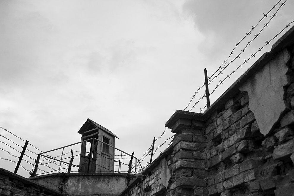 """Fortul 13 Jilava. Din 1944 şi până în 1964, la Jilava şi-au executat pedeapsa deţinuţi de drept comun, bărbaţi şi femei, aflaţi în curs de judecare sau condamnaţi, deţinuţi cercetaţi sau condamnaţi pentru """"infracţiuni contra securităţii"""" (membri ai partidelor istorice, PNŢ, PNL, PSD, legionari, spioni, """"criminali de război, trădători de patrie"""" şi membri ai unor """"organizaţii subversive anticomuniste"""") ."""