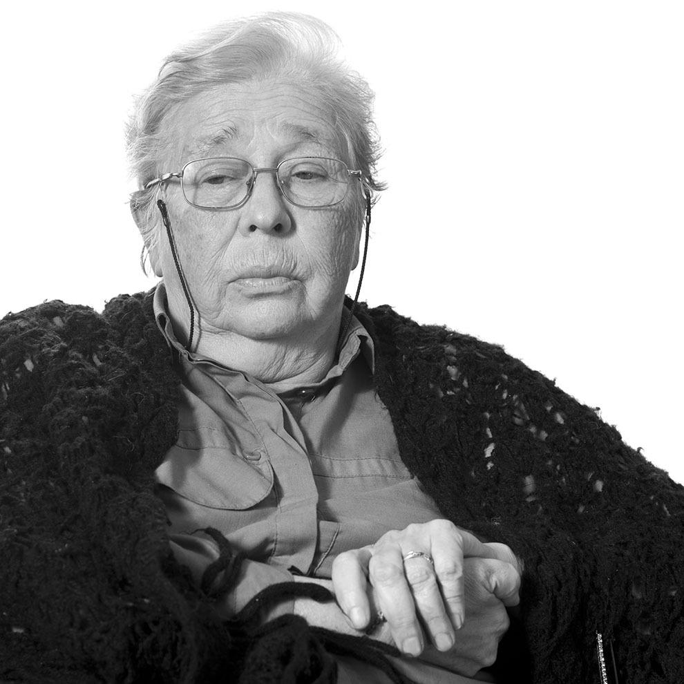 """Galina Răduleanu, 81 de ani, Bucureşti. Arestată în 1960, pentru opiniile anticomuniste exprimate într-un jurnal personal.A trecut prin închisorile Braşov, Jilava, Arad, Oradea. Eliebrată în 1964. (Raul Ştef)  <p> """"Ca să-mi păstrez conştiinţa, a meritat orice sacrificiu. Eu nu m-am mutilat, sub nicio formă, şi aş fi preferat să nu mai fiu deloc decât să fiu cum voiau ei. Şi pentru asta a meritat. Nu pentru altceva. Eu nu m-am pornit cu arma în mână să schimb regimul. Dar nu am acceptat să îmi pierd personalitatea. Am crezut că, odată înlăturat regimul, noi vom fi nemaipomeniţi. Nu m-am gândit că ne-a mutilat în halul în care ne-a mutilat."""" </p>"""