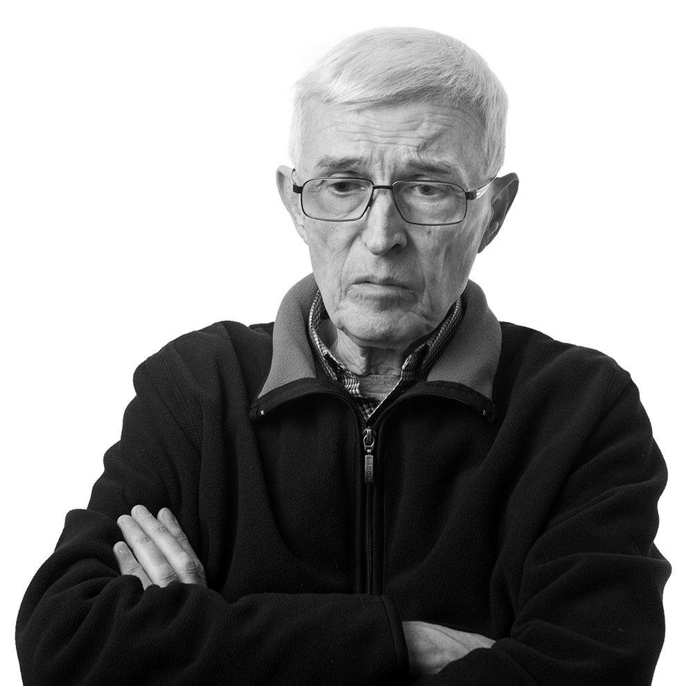 """Felix Kurt Schlattner, 78 de ani, Sibiu. Condamnat pentru nedenunţare, condamnat la şase ani, închis din 1958 până în 1964, în închisorile Codlea, Gherla, Periprava-Grind, Galaţi, Văcăreşti. (Raul Ştef)  <p> """"Era un gen de exterminare la Periprava, pentru că, dacă pui nişte oameni să lucreze ca nişte sclavi şi-i hrăneşti în ultimul hal, ăsta este un drum spre exterminare.""""  </p><p>  """"Dacă cineva murea, era băgat în nişte maldăre de stuf şi dus undeva în cîmp, la Periprava, pus un ţăruş, cu un număr, peste care ţăruş, primăvara trecea primul tractor, lua tot, erai pierdut pentru totdeauna. Nu ştiu dacă au fost gropi comune, pentru că mureau pe rînd. Se făcea ca la animale, o gaură şi gata. Erau duşi în cîmp. O dată i-au şi spus unuia: Să te bucuri dacă primeşti un maldăr de stuf cînd te cureţi.""""  </p><p> """"M-au bătut aşa încît trei zile Werner trebuia să îmi dea să mănînc, că nu puteam să ţin lingura, nu puteam să merg, că mi-au spart tălpile şi puteam să stau numai pe burtă. Te băteau cu o curea de ventilator de camion. De obicei, cînd te bat, îţi pun un cearşaf umed, că atunci nu îţi crapă pielea, dar atunci nu au avut."""" </p>"""