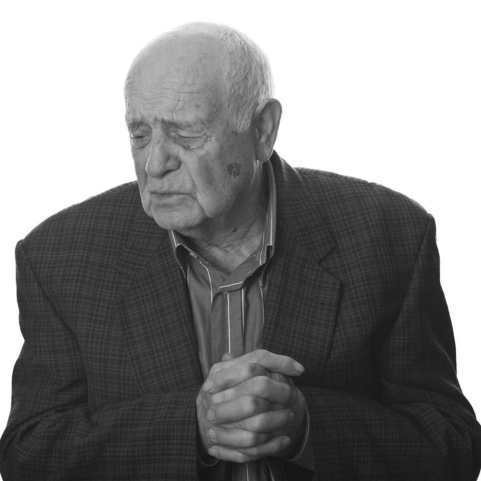 """Ioan Roşca, 83 de ani, Mândra de Făgăraş. Arestat în 1951, pe când era elev în clasa a XII-a la Liceul Radu Negru din Făgăraş, pentru legături cu luptătorii anticomunişti din munţii Făgăraş. Arestat, dus la Securitatea din Sibiu, condamnat pentru crimă de uneltire contra ordinii sociale, la opt ani. A fost eliberat doar în 1963. A trecut prin închisorile Sibiu, Jilava, Gherla, Aiud, Periprava, Grindu, Noua Culme. (Raul Ştef)  <p> """"La Gherla, era morga, o baracă, cu nisip pe jos; care murea, îi trîntea acolo, în pielea goală, umblau şobolanii peste ei. Pînă nu ne-au pus obloanele, vedeam cimitirul vizavi de puşcărie, vedeam cum îi lua pe morţi, cei de drept comun, şi îi ducea pe pătură. Şi săpau groapa şi de multe ori era apă, şi îl aruncau pe mort, şi ei fugeau, că îi stropea apa. În pielea goală, fără coşciug, fără nimic. Asta era tot.""""  </p><p> """"La stuf, într-o dimineaţă, ne-a încolonat pe toţi să ne ducă să vedem că unul a vrut să evadeze şi l-au împuşcat. Ne ducea în fiecare dimineaţă, l-au ţinut cîteva zile, ca să îl vedem noi, cu şobolanii peste el, îi mîncaseră ochi, nas, acolo l-au ţinut.""""  </p><p> """"Ne rugam. Nu mai dădeam doi bani pe viaţă. Mă gândeam doar la mama şi la tata. Exista perspectiva asta, că n-o să mai fii liber niciodată, c-o să te întorci înapoi. Şi acum visez noaptea. Visez toaca de la Gherla, că te scula dimineaţa, şi acum sar din pat sau visez că mă arestează din nou, şi zic că n-am făcut nimic, de ce m-au arestat?""""  </p>"""