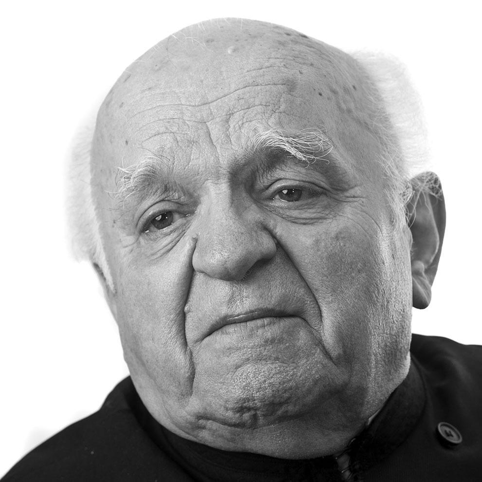 """Pr.Nicolae Bordaşiu, 90 de ani, Bucureşti. A înfiinţat Asociaţia Tineretului Ortodox Studenţesc (ATOS), în Bucureşti, în timp ce era student la Farmacie şi la Teologie, pentru a lupta împotriva comunismului. Timp de şapte ani (1948-1955), a stat ascuns în case din sate din Bihor, iar în 1955 a fost arestat de Securitatea Timişoara. A trecut prin arestul Securităţii Timişoara, prin închisorile Jilava, Oradea, Aiud. Eliberat în 1964. (Raul Ştef)  <p> """"Te-am adus aici ca să-ţi punem lanţurile. De ce?, am întrebat eu. Doar nu omorâsem pe nimeni. Eşti condamnat, nu ştii? La douăzeci de ani. Trebuie să ai lanţuri la picioare. Apoi mi-a spus să îmi aleg lanţurile."""" </p><p> """"Le-am spus că nu am ca armament decât Sfânta Scriptură."""" </p><p> """"Eu spun că a fost lungă perioada de suferinţă în închisoare, dar toate rugăciunile câte s-au unit ca un rug aprins, Dumnezeu le-a ascultat şi ne-a eliberat pe toţi la un moment dat."""" </p>"""