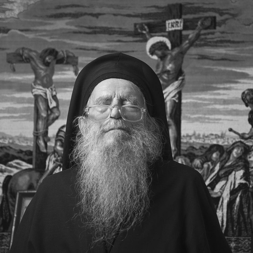 """Mina Dobzeu, 93 de ani, Huşi (Vaslui). Închis 11 luni în 1948 pentru că a protestat contra eliminării religiei din şcoli. În 1959, condamnat la 7 ani pentru că a protestat contra modificărilor impuse de regimul comunist mănăstirilor. A fost 7 ani în închisoare (1948, 1959-1964), la Galaţi, la Jilava – el este călugărul care l-a botezat pe Nicolae Steinhardt -, Gherla, coloniile de muncă Delta Dunării (Stănileşti, Grădina, Strâmba, Periprava). (Raul Ştef) <p>  """"L-am botezat cu apă viermănoasă, că apa aşa era acolo, l-am botezat. S-au bucurat toţi. Cei din grupa lui Constantin Noica s-au bucurat că s-a botezat la ortodoxie. """"  </p>"""