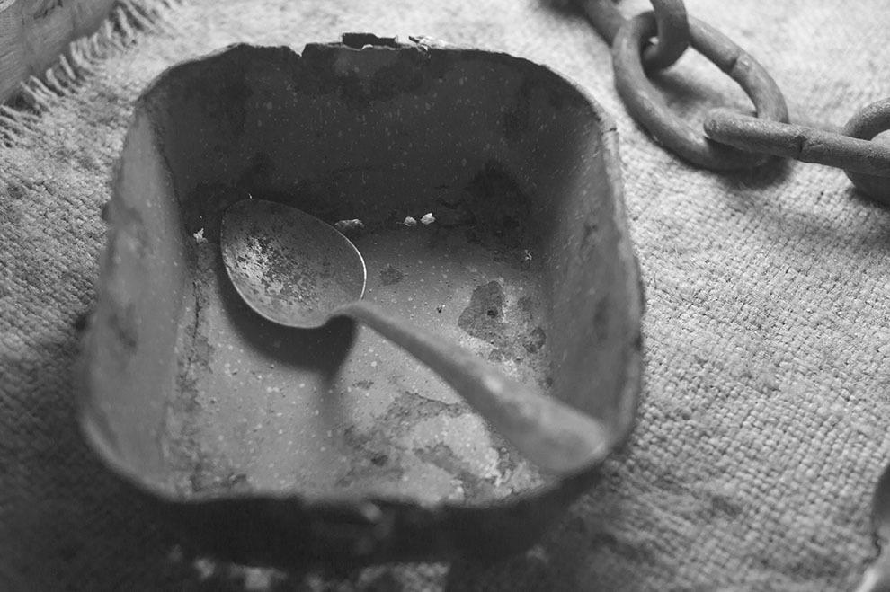 """Închisoarea Piteşti este numele sub care este cunoscut fostul penitenciar din Piteşti, România, renumit pentru aşa-zisele încercări de """"reeducare"""", efectuate sub autorizaţia autorităţilor comuniste în perioada anilor 1949-1952 (cunoscute şi sub denumirea Experimentul Piteşti sau Fenomenul Piteşti)."""