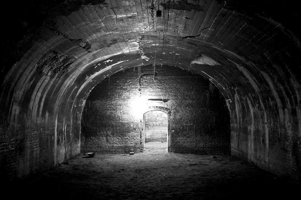 """Fortul 13 Jilava. Din 1944 şi până în 1964, la Jilava şi-au executat pedeapsa deţinuţi de drept comun, bărbaţi şi femei, aflaţi în curs de judecare sau condamnaţi, deţinuţi cercetaţi sau condamnaţi pentru """"infracţiuni contra securităţii"""" (membri ai partidelor istorice, PNŢ, PNL, PSD, legionari, spioni, """"criminali de război, trădători de patrie"""" şi membri ai unor """"organizaţii subversive anticomuniste"""")."""