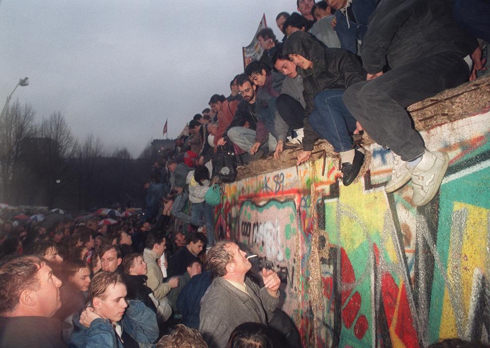 Locuitori ai Germaniei de Est întâmpină cetăţeni din Germania de Vest, lângă poarta Brandenburg, în Berlin, vineri, 22 decembrie 1989.