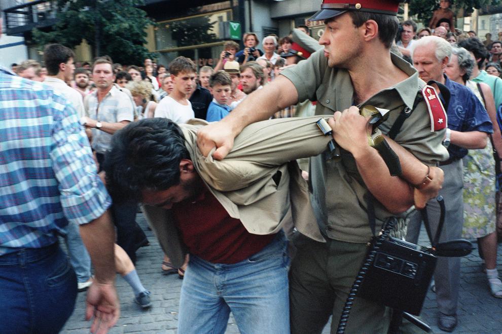 Un protestatar este reţinut de poliţisti în timpul unui protest organizat de 2000 de persoane în piaţa Wenceslas, luni, 21 august 1989.