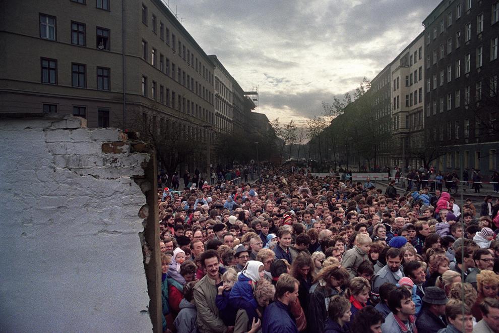 Mii de locuitori ai Berlinului de Est aşteaptă la un punct de trecere deschis cu buldozerele armatei, de-a lungul zidului Berlinului, sâmbătă, 11 noiembrie 1989.