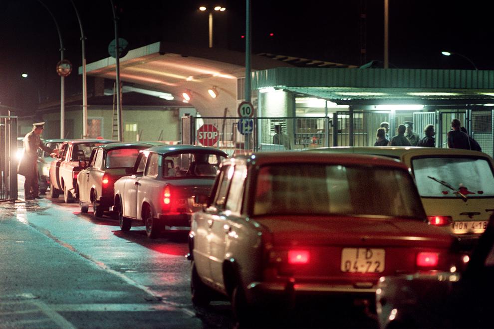 Locuitori ai Berlinului de Est stau la coadă în maşini Trabant pentru a trece prin punctul de control  Invalidenstrasse, vineri, 10 noiembrie 1989, după ce liderul comunist est german, Gunter Schabowski a permis traversarea libera a punctelor de frontieră către Occident.