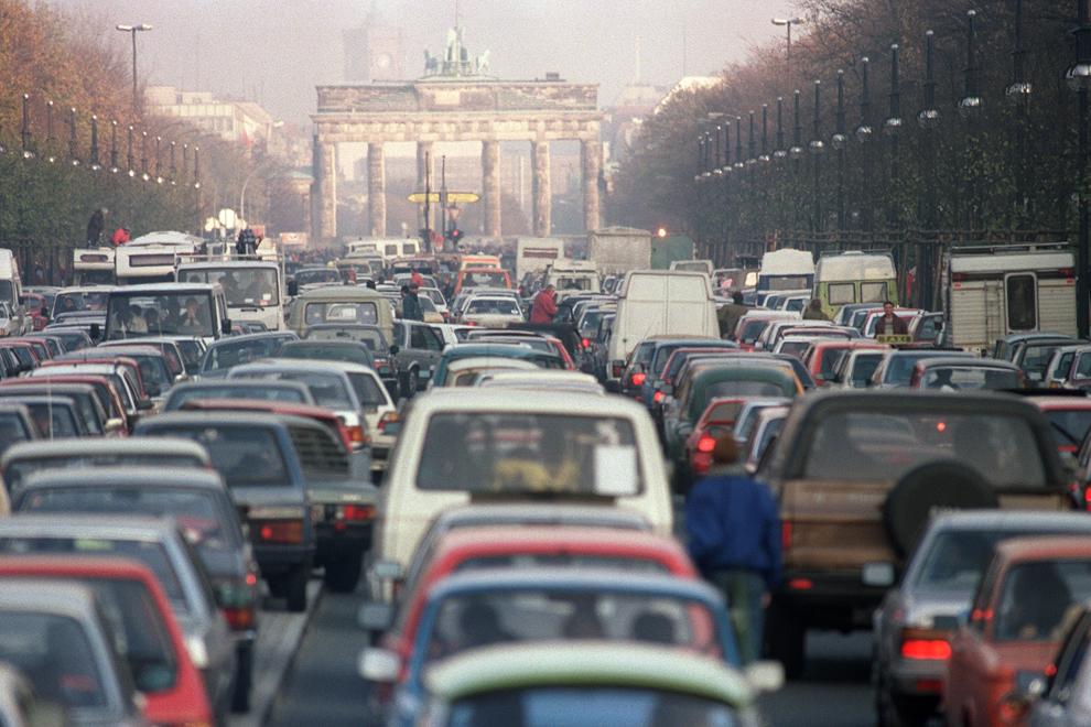 O coloană de maşini din Germania de Est străbate bulevardul Unter den Linen pentru a trece prin punctul de control Brandenburg, în Berlin, vineri, 22 decembrie 1989.