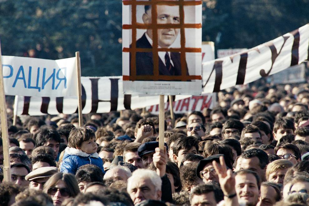 Aproximativ 50000 de oameni protestează în Piaţa Alexander Nevski din faţa catedralei Nevski în Sofia, cerând schimbarea regimului şi alegeri libere, sâmbătă, 18 noiembrie 1989.