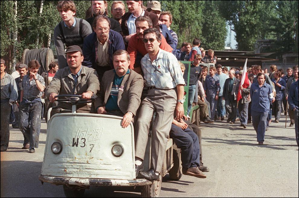 Muncitori grevişti de pe şantierul naval Gdansk, alături de liderul Lech Walesa (aşezat lângă şofer), protestează pe şantierul naval Lenin, duminică, 28 august 1988, în Polonia.
